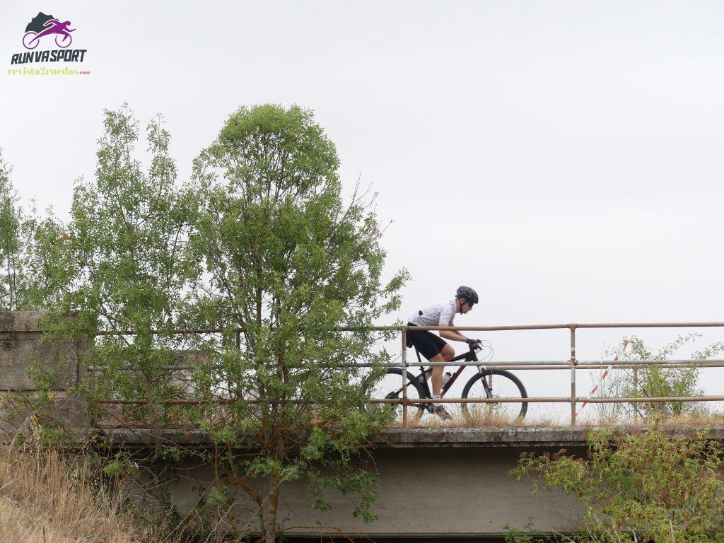El puente sobre el río Adaja.El puente sobre el río Adaja.